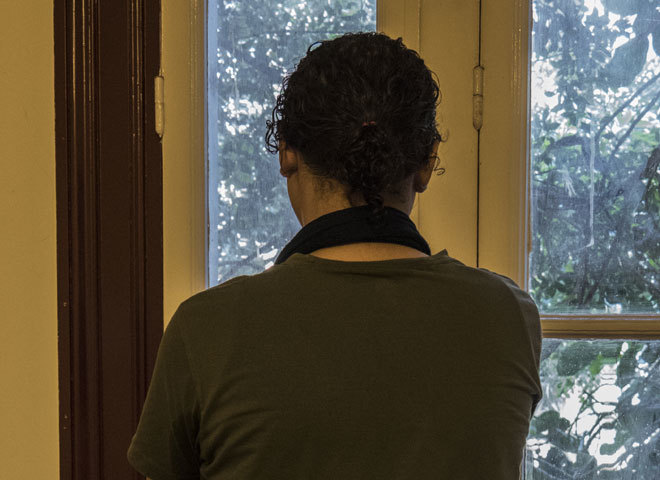 Mariam, fotografiada de espaldas en su casa en El Cairo.