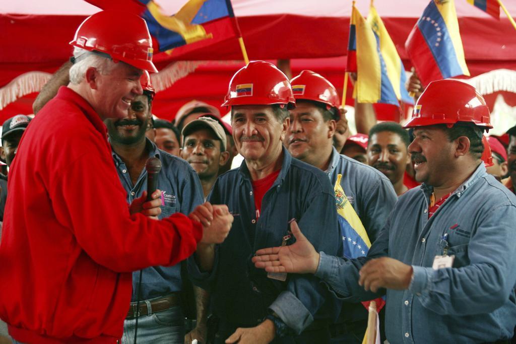 El ex presidente de PDVSA Rafael Ramírez estrecha la mano a un...