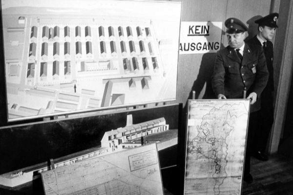 Policías con mapas de Auschwitz en el proceso de Fráncfort.