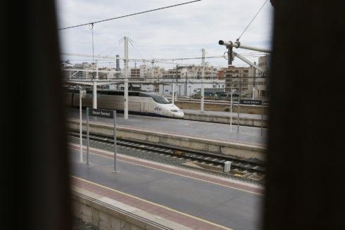 Uno de los trenes de Alta Velocidad, ayer, entrado en la estación.