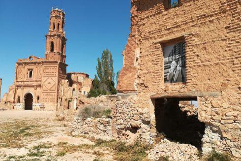 Las ruinas de la ciudad protagonizan y dan vida a la exposición.