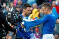Pedrosa intercambia su camiseta con Messi en el derbi.