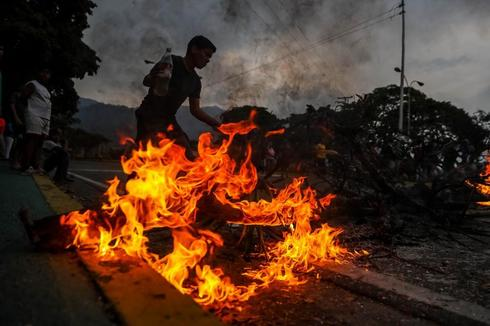 AME4116. CARACAS (<HIT>VENEZUELA</HIT>), 31/03/2019.- Un grupo de personas protesta por la falta de agua potable y electricidad, en la Avenida Baralt, en el centro de Caracas (<HIT>Venezuela</HIT>). La falta de agua causada por una semana de apagones en <HIT>Venezuela</HIT> terminó empujando a los venezolanos a las calles para protestar contra el Gobierno de Nicolás Maduro en una jornada en la que hubo enfrentamientos en Caracas con disparos sin que se conozca todavía si alguien resultó lastimado. MIGUEL GUTIERREZ
