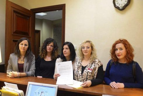 María Sevilla, segunda por la derecha, junto a diputadas de Podemos