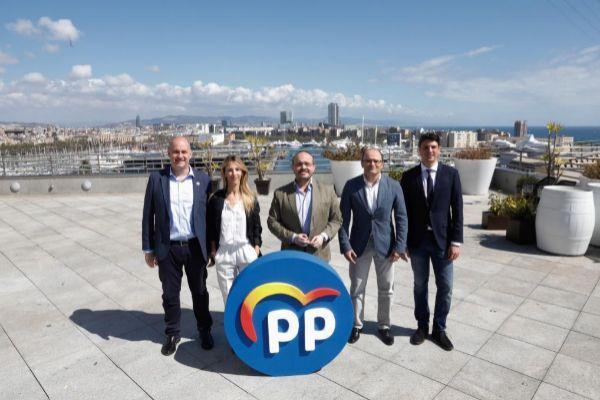 El presidente del PP catalán Alejandro Fernández con los candidatos provinciales de su partido para el 28-A
