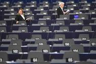 Ujieres reparten documentación en el Parlamente Europeo