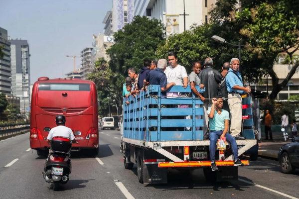 Ciudadanos montan en una camioneta mientras el Metro permanece cerrado.