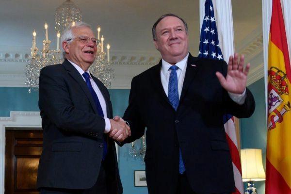 Josep Borrell estrecha la mano de Mike Pompeo este lunes en Washington.