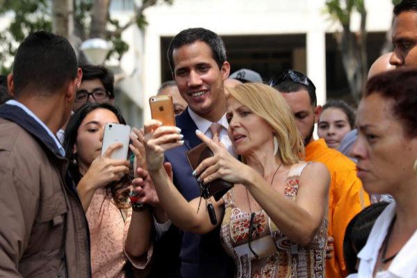 Guaidó posa con varios simpatizantes antes de un mitín en Caracas.