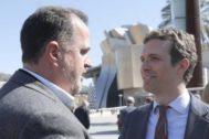 Iturgaiz y Casado conversan ante el Guggenheim.