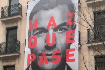 Cartel electoral colgado en la sede del PSOE en Ferraz.
