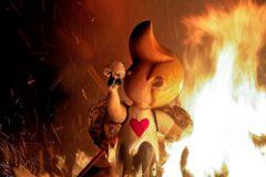 Un ninot, a punto de ser devorado por el fuego durante la 'cremà'.