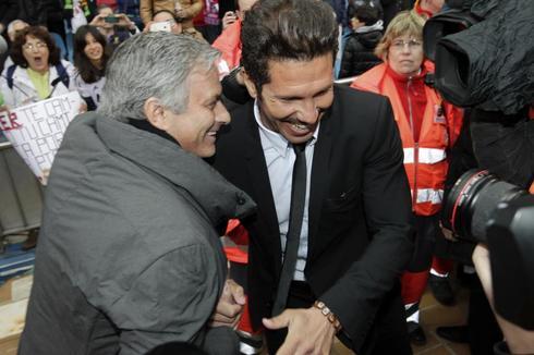 Mourinho y Simeone, antes de un derbi en el Calderón en 2013