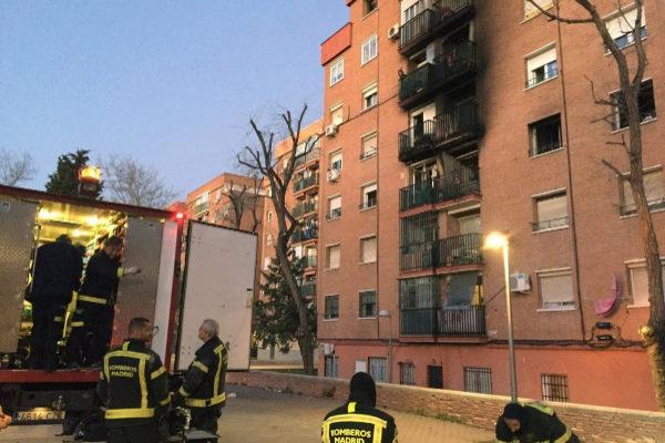 Los bomberos, en un incendio en Madrid.