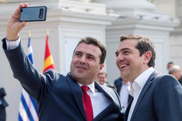 El primer ministro de Macedonia del Norte, Zoran Zaev se hace un selfi con su homólogo griego, Alexis Tsipras en Skopje.
