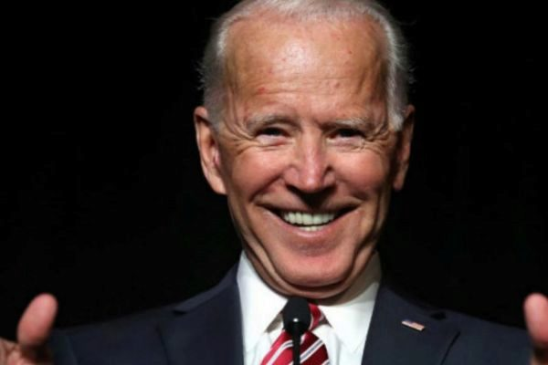 Una segunda mujer acusa al ex presidente Joe Biden de tocamientos