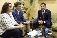 El presidente de la Junta, con Antonio Maíllo y Ángela Aguilera, ambos de Adelante Andalucía, este lunes.