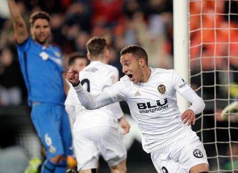 El delantero del Valencia Rodrigo festeja el pase a la final de Copa tras marcar el gol de la victoria ante el Getafe.