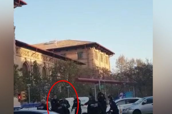 "Un hombre con dos cuchillos amenaza a transeúntes y policías: ""No me toquéis que os mato"""