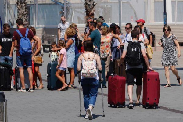 Un grupo de turistas en la zona de llegada de cruceros del Puerto de Barcelona.