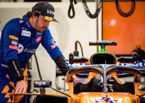 Alonso, en el garaje de McLaren, el martes en Sakhir.