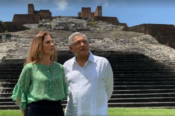 Fotograma de un video cedido por la Presidencia de México que muestra al presidente Andrés Manuel López Obrador (d) y a su esposa, Beatriz Gutiérrez Müller, en la zona arqueológica de Comalcalco, en el estado de Tabasco (México).