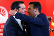 Alexis Tsipras y Zoran Zaev, se abrazan durante la rueda de prensa.