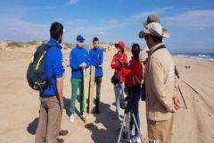 Los voluntarios que participan en la recogida de basura marina.