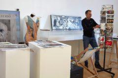 López Cuenca trabaja en el montaje de la exposición en el Museo Reina Sofía