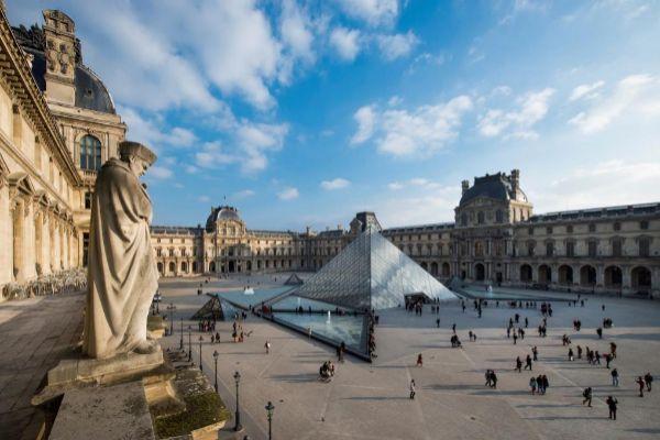 Vista general de la Pirámide de Louvre, de cuya construcción se...