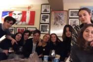 Victoria Federica, en el centro de la foto, durante la cena de despedida de Gonzalo