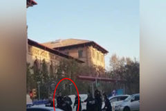 Un hombre con dos cuchillos amenaza a transeúntes y policías