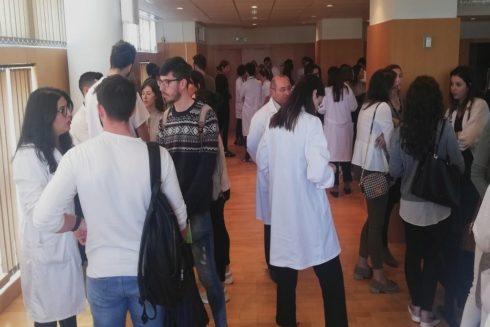 Estudiantes conversan este martes con residentes y profesionales del Hospital.
