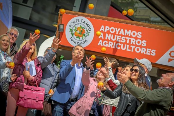 El candidato de Ciudadanos, Toni Cantó, presenta una campaña de apoyo al campo valenciano, ayer.