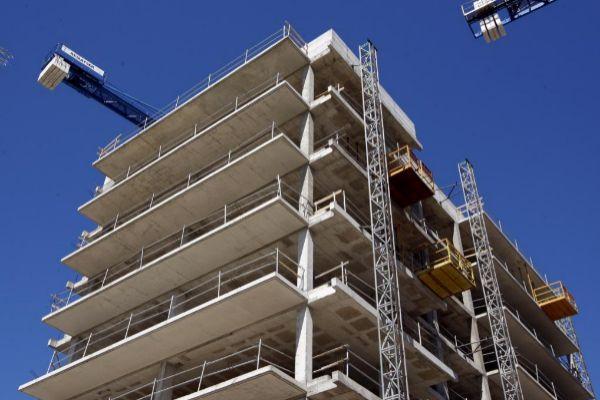 Una promoción de pisos en construcción en Barcelona.