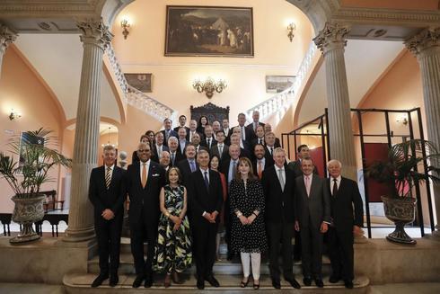 Los miembros del comité ejecutivo del WTTC, con su presidenta Gloria Guevara a la cabeza, en el Ayuntamiento de Sevilla este martes.
