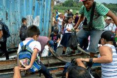 Varias personas cruzan el puente Simón Bolívar para acceder a Colombia.