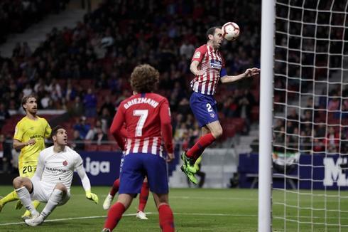 Godín remata a la red el 1-0 del Atlético en el Metropolitano.