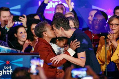 La alcaldesa electa de Chicago besa a su esposa Amy Eshleman.