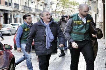 El abogado y cuñado de la ex alcaldesa de Valencia Rita Barberá, José Corbín, ayer, a las puertas de su despacho cuando iba a ser registrado.