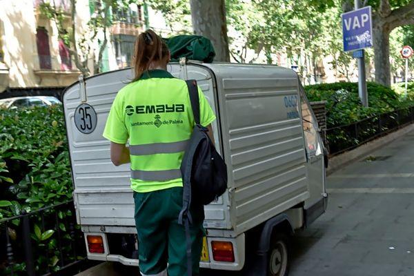 Una empleada del servicio de limpìeza urbana de Emaya.