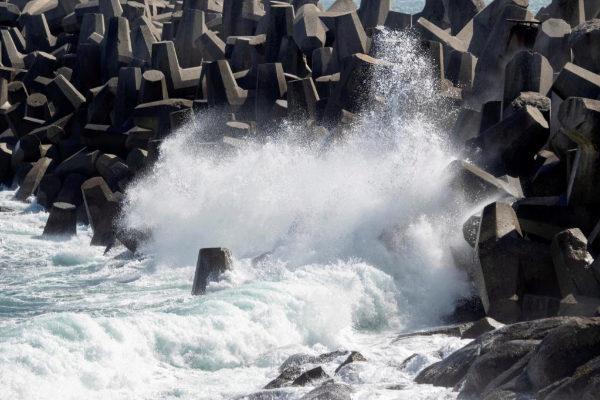 En la imagen olas del Mar Cantábrico rompen contra un rompeolas en Lugo.