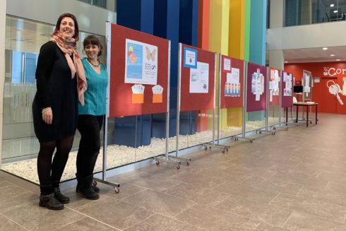 El vestíbulo de la Facultad de Ciencias de la Salud acoge una exposición sobre el TEA hasta el viernes.