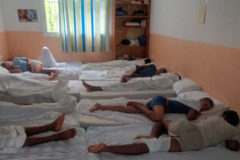 Jóvenes duermen en camas sin espacio alguno entre ellas en el centro El Cobre de Algeciras.