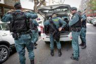 Agentes de la Guardia Civil participan, ayer, en el dispositivo desplegado en Valencia por la operación Azud.