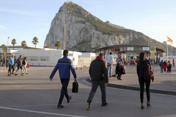 Trabajadores de la zona cruzan la línea entre España y Gibraltar.