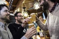 Hombres tomando cerveza en la Artesana Week Lavapiés.