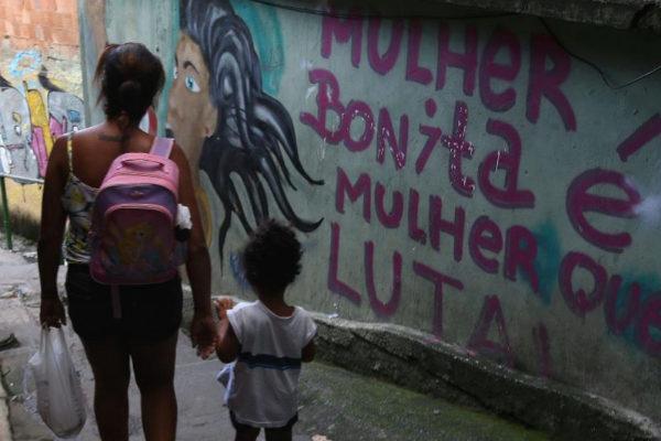 """Vista de un grafiti que dice """"Mujer bonita es mujer que lucha"""" en Tavares Bastos (Río de Janeiro)."""