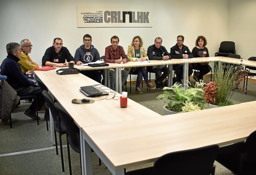 Los representantes de los sindicatos de la Educación concertada, sentados solos en la mesa en el CRL.