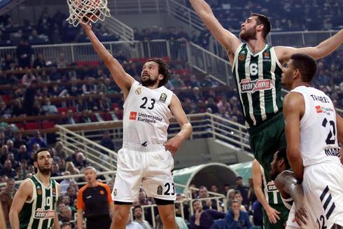 PAO01. ATHENS (GRECIA).- Sergio <HIT>Llull</HIT> (c) de Real Madrid salta para encestar este jueves en un partido de la Euroliga de baloncesto entre Panathinaikos y Real Madrid en OAKA en Athens (Grecia).